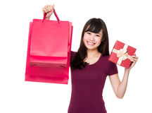 Control asiático de la mujer joven con el panier y la actual caja Foto de archivo libre de regalías