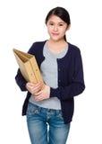 Control asiático de la mujer joven con la carpeta Imagen de archivo libre de regalías