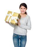 Control asiático del estudiante con la caja de regalo Imagen de archivo