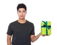 Control asiático del hombre joven con la caja de regalo Fotos de archivo libres de regalías