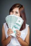 Control asiático hermoso de la muchacha sobre billetes de dólar de la talla 100 Foto de archivo
