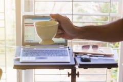 Control caliente de la taza de café por la mano del hombre Fotografía de archivo