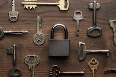 Control-cerradura y diverso concepto de llaves Imagen de archivo libre de regalías