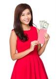 Control chino de la chica joven con el dinero afortunado con USD Imagen de archivo libre de regalías