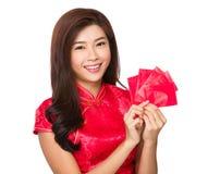 Control chino de la muchacha con el dinero afortunado Fotos de archivo libres de regalías