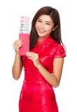 Control chino de la mujer con el bolsillo rojo con RMB Imagen de archivo libre de regalías