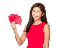 Control chino de la mujer con el dinero afortunado Fotografía de archivo libre de regalías