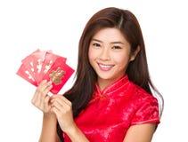 Control chino de la mujer con el dinero de la suerte Foto de archivo