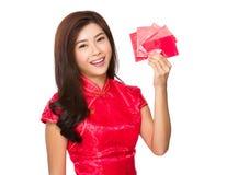 Control chino de la mujer con el dinero suelto tradicional Imágenes de archivo libres de regalías