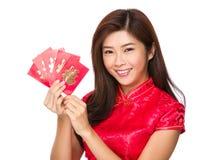 Control chino joven de la mujer con el bolsillo rojo Imágenes de archivo libres de regalías