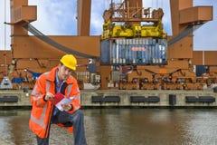 Control de aduanas en el trabajo en un puerto comercial Fotos de archivo