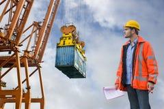 Control de aduanas que revisa en un puerto comercial Foto de archivo