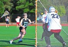 Control de bola de las muchachas del lacrosse Foto de archivo libre de regalías