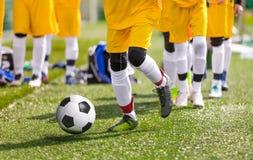 Control de bola de Youn Soccer Football Players Practicing en el entrenamiento Imagen de archivo libre de regalías