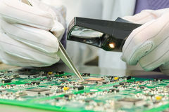 Control de calidad de componentes electrónicos en el PWB Imágenes de archivo libres de regalías
