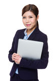 Control de la empresaria con el ordenador portátil Imagen de archivo libre de regalías