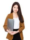 Control de la empresaria con el ordenador portátil Fotografía de archivo libre de regalías