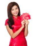 Control de la mano de la mujer con el dinero suelto rojo Fotografía de archivo libre de regalías