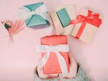 Control de la mano del ` s de la muchacha de la belleza que la caja de regalo roja para da y celebratio Imagen de archivo