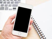 Control de la mano un teléfono elegante fotos de archivo