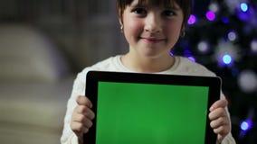 Control de la muchacha una PC de la tableta con la pantalla verde almacen de metraje de vídeo