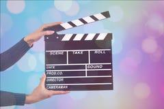 Control de la muestra de Clapperboard por las manos femeninas Fotos de archivo libres de regalías