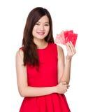 Control de la mujer con el bolsillo rojo Foto de archivo