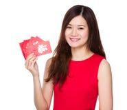 Control de la mujer con el dinero afortunado Fotos de archivo libres de regalías