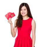 Control de la mujer con el dinero afortunado chino Fotografía de archivo libre de regalías