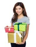 Control de la mujer con el giftbox Imagen de archivo libre de regalías