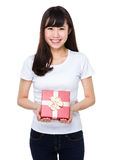Control de la mujer con el giftbox Fotografía de archivo