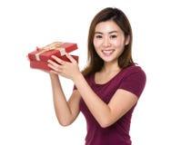 Control de la mujer con el giftbox Imagen de archivo