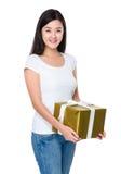 Control de la mujer con el giftbox grande Imagen de archivo