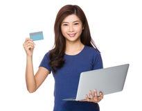 Control de la mujer con el ordenador portátil y la tarjeta de crédito Foto de archivo libre de regalías