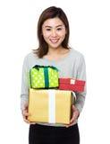 Control de la mujer con la actual caja Foto de archivo libre de regalías