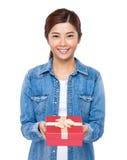 Control de la mujer con la caja de regalo roja Foto de archivo libre de regalías