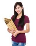 Control de la mujer con la carpeta Imagen de archivo libre de regalías
