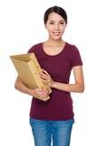 Control de la mujer con la carpeta Imágenes de archivo libres de regalías