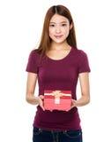 Control de la mujer con un regalo Fotos de archivo