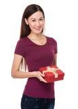 Control de la mujer joven con el giftbox Fotos de archivo