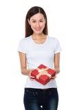 Control de la mujer joven con el giftbox Foto de archivo libre de regalías