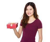 Control de la mujer joven con el giftbox Imagenes de archivo