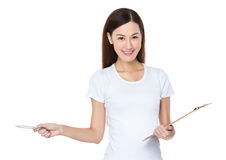 Control de la mujer joven con el punto del tablero y de pluma a un lado Fotos de archivo libres de regalías