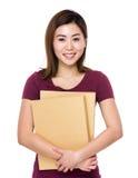 Control de la mujer joven con la carpeta Imagen de archivo