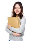 Control de la mujer joven con la carpeta Imágenes de archivo libres de regalías