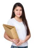 Control de la mujer joven con la carpeta Fotografía de archivo