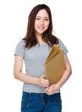 Control de la mujer joven con la carpeta Imagen de archivo libre de regalías