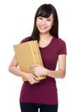 Control de la mujer joven con la carpeta Fotos de archivo libres de regalías