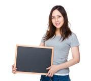 Control de la mujer joven con la pizarra Fotos de archivo libres de regalías
