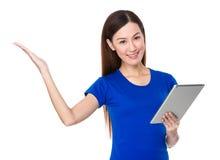 Control de la mujer joven con la presentación de la tableta y de la mano Fotografía de archivo libre de regalías